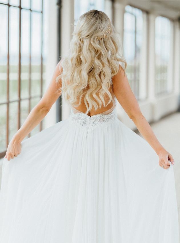Blond bride wearing hollywood waves